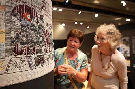 Suositun tv-sarjan tapahtumia esittävä pellavainen seinävaate sai osakseen ihailua museossa Belfastissa.