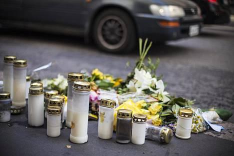 Annankadun ja Lönnrotinkadun risteykseen tuotiin kukkia ja kynttilöitä uhrin muistoksi.