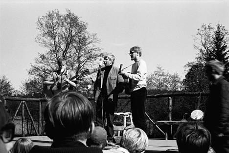 Hootenanny Trio, eli Keijo Räikkönen, Pertsa Reponen ja Jussi Joutsenniemi. Jussi Joutsenniemi toimi Helsinki Folk Festival -tapahtuman puuhamiehenä.