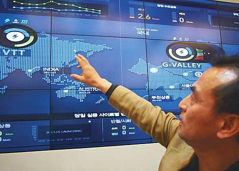 Tietoliikenneyhtiö KT:n vihreän energian tutkimuslaitoksen johtaja Sung-Bong Chang esittelee laitoksen älykkäitä etäyhteyksiä Espoon Otaniemeen.
