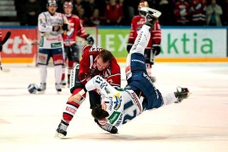 HIFK:n Ilari Melart ja Lukon Matt Generous ottivat yhteen jääkiekon SM-liigan ottelussa joulukuussa.