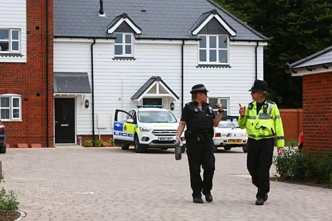 Poliisit kiertävät aluetta, josta altistunut pariskunta löydettiin kesäkuun lopussa.