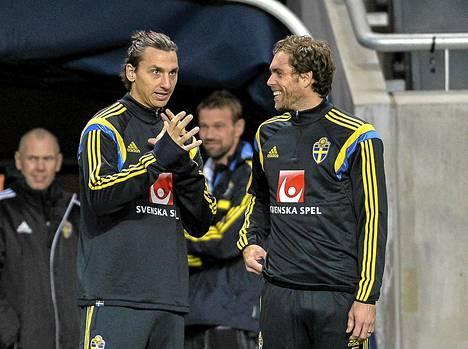Zlatan Ibrahimovic jutteli keskiviikon harjoituksissa hyökkääjäkollegansa Johan Elmanderin kanssa.