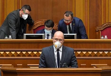 Ukrainan pääministeri Denys Šmyhal puhui maanantaina parlamentin hätäistunnossa, jossa maalaki hyväksyttiin.