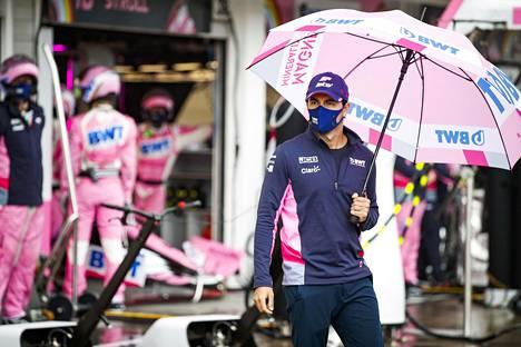 Kasvomaskilla suojautunut Sergio Perez piteli sadetta Unkarin GP:ssä 19.heinäkuuta.