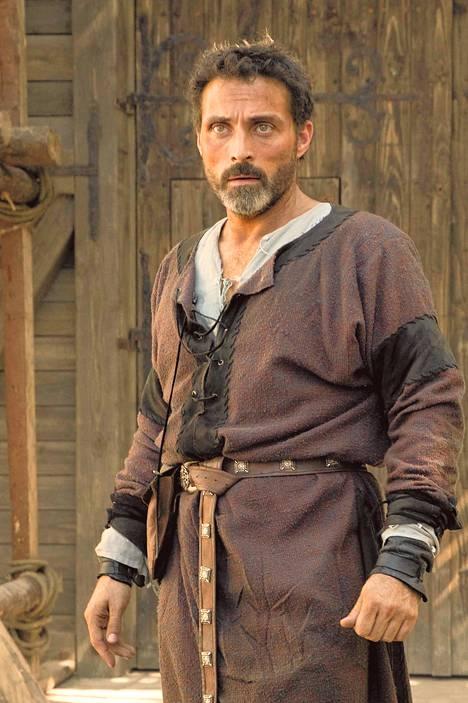 Tom Rakentaja (Rufus Sewell) toteuttaa sarjassa unelmansa rakentamalla katedraalin.