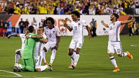 David Ospina sai joukkuetovereidensa onnittelut voittoisan rangaistuspotkukilpailun jälkeen.
