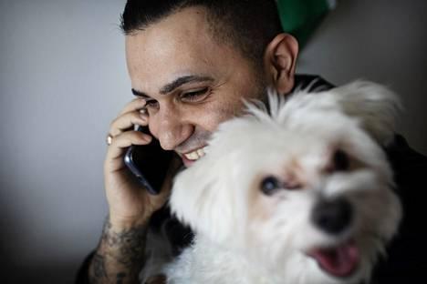 Kouluvalmentaja Kamal Palani Jafi tekee töitä Aito-koira kaverinaan kotoaan käsin.