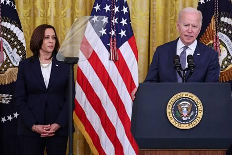 Yhdysvaltain varapresidentti Kamala Harris ja presidentti Joe Biden esiintyivät tiedotustilaisuudessa torstaina.
