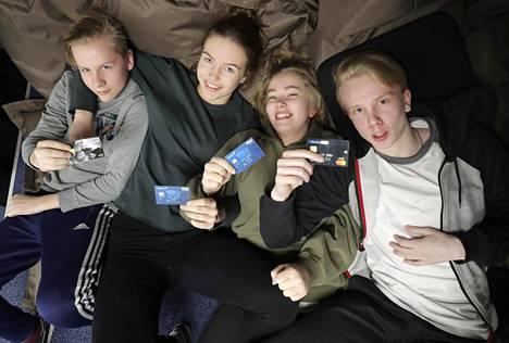 Oulun normaalikoulun ysiluokkalaiset Joel Kinnunen(vas.), Evita Heino, Viivi Uhari ja Lauri Rytivaara esittelevät maksuvälineitään.
