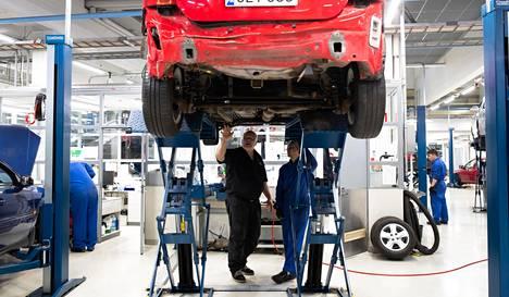 Veikko Kääpä opetti Safi Wahidille autotekniikkaa Stadin ammattiopistossa viime marraskuussa.