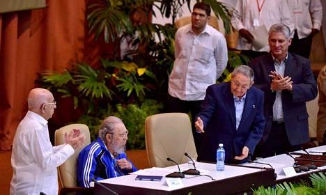 Kuuban presidentti Raúl Castro (2. oik.) esitteli puoluekokousväelle veljensä Fidel Castron (2. vas.), Kuuban edellisen presidentin.
