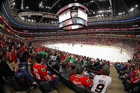 Chicagossa seurattiin NHL-ottelua San Jose Sharksia vastaan 11. maaliskuuta, eli päivää ennen sarjan tauon alkamista. Vaikka paluu onnistuisi, yleisöllä ei enää tällä kaudella ole asiaa peleihin.