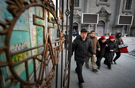 Kiinan katolalaisia poistumassa messusta helmikuussa Pekingissä.