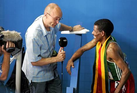 Ateenan olympialaisissa 2004 Tapio Suominen haastatteli konkarijuoksija Haile Gebrselassieta.