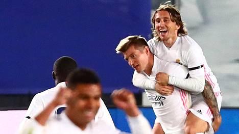 Real Madridin Toni Kroos ja Luca Modric juhlivat Kroosin vapaapotkumaalia.