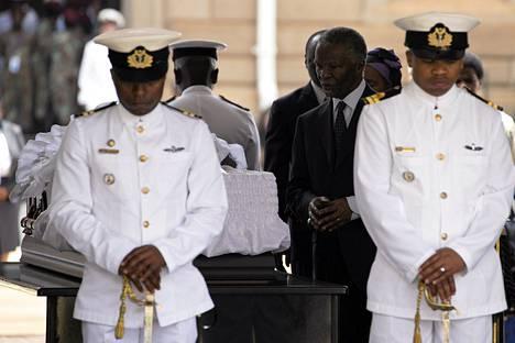 Etelä-Afrikan entinen presidentti Thabo Mbeki jättää jäähyväiset Nelson Mandelalle, jonka ruumis tuotiin hallintopalatsiin Pretoriaan.