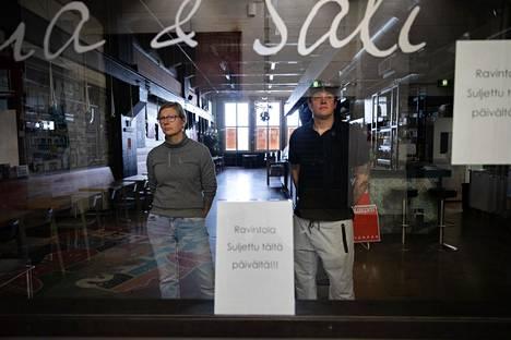 Kaapelitehtaalla sijaitsevan ravintola Hima & Salin yrittäjä Anne Starck-Flink sanoo, että vuokrasta vapauttaminen pelasti ravintolan. Oikealla Hima & Salin toinen yrittäjä Aki Flink.