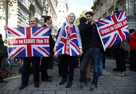 BRITANNIAN EU-ERO. Kesäkuussa 2016 Britanniassa järjestetyn kansanäänestyksen äänestäjät yllättivät kaikki ennustukset, ja enemmistö äänesti sen puolesta, että maa eroaa Euroopan Unionista. Brexitin toteutumista on odotettu koko loppuvuosikymmen, mutta vuoden 2020 aikana sen odotetaan tapahtuvan. Kuvassa brexitin kannattajia äänestyksen tuloksen ratkettua 24. kesäkuuta 2016.
