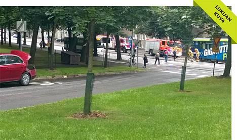 Raitiovaunu ja henkilöauto kolaroivat Hämeentien ja Ristikkokadun risteyksessä kolmen jälkeen iltapäivällä.
