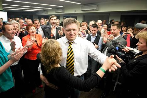 Sosiaalidemokraattinen Smer-puolue sai 44 prosenttia äänistä ja enemmistön parlamenttipaikoista. Puoluejohtaja Robert Fico (kesk.) vakuutti voiton jälkeen, että politiikka tulee olemaan Eurooppa-myönteistä.
