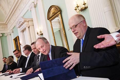 Apotti-potilastietojärjestelmän sopimus allekirjoitettiin Helsingin kaupungintalossa torstaina. Sopimusta kirjoittamassa oli järjestelmätoimittaja Epicin operatiivinen johtaja Carl Dvorak (oik.) ja Husin toimitusjohtaja Aki Lindén.