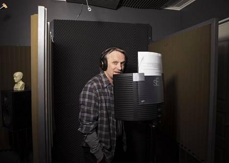 """Antti Virmavirta nauhoitti mainosspottia helmikuun lopussa Kinomo-studiossa Vantaalla. Alun perin hänestä piti tulla lentäjä. """"Pienenä mua mitattiin keittiönpöydän ääressä, että mahdunko vanhempana Drakeniin. 16-vuotiaana mulla todettiin likinäköisyys ja värisokeus. Taistelulentäjälle se oli este."""""""