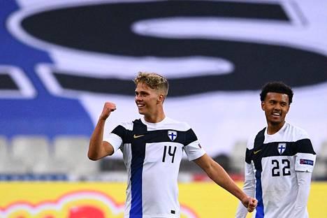 Onni Valakari iloitsi tekemästään maalista hallitsevaa maailmanmestaria Ranskaa vastaan 11. marraskuuta. Suomi voitti ottelun 2-0.
