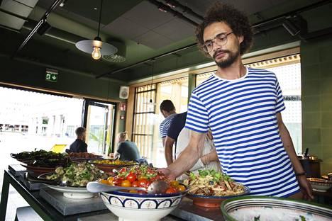 Espoon Sandron vuorovastaava Ramy Sekaly tuli Suomeen Egyptistä kuusi vuotta sitten. Hän ei ole kohdannut ongelmia kommunikoinnissa asiakkaiden kanssa englanniksi.