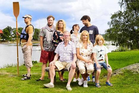 Sukulaiskesä-sarjassa esiintyy tuttuja ruotsalaisnäyttelijöitä: Jonas Karlsson (vas.), Christopher Wagelin, Christine Meltzer, Krister Henriksson, Rakel Wärmländer, Anki Lidén, Peter Magnusson ja Kassel Ulving.