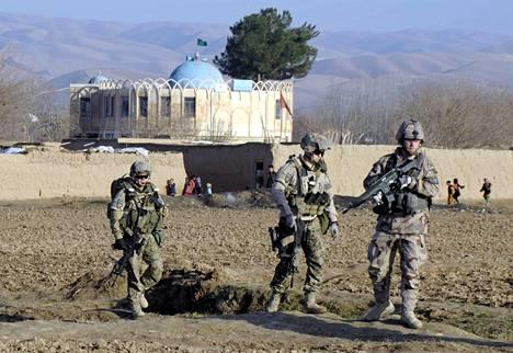 Suomalaiset ISAF:n rauhanturvaajat vartioivat Sholgaran kylässä Balkin maakunnassa Afganistanissa helmikuussa 2013.
