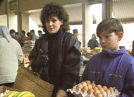 Jasminka Mlivic ja hänen tyttärensä Aida toriostoksilla Sarajevossa vuonna 1994.