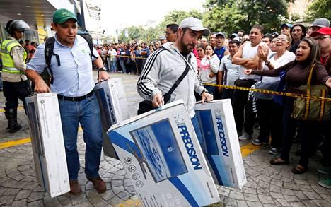 Venezuelalaiset jonottivat halpaa elektroniikkaa Daka-yrityksen liikkeestä Caracasissa lauantaina.