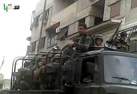 Armeijan joukot liikkuivat Saqban alueella Damaskoksen laitamilla lauantaina. Kuva kuvakaappaus Youtube-videosta.