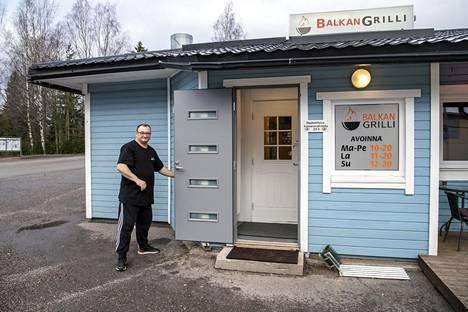 Adnan Ullakoviq avaamassa balkanilaista grilliä uuteen päivään.