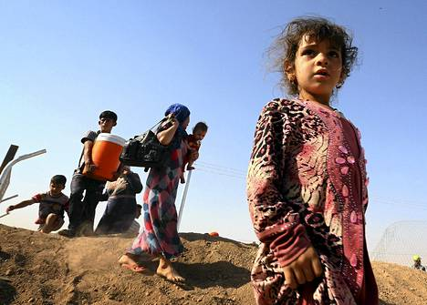 Mosulista paennut perhe Khazerin pakolaisleirillä Arbilin kaupungissa torstaina.