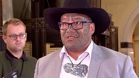 Uusiseelantilainen kansanedustaja Rawiri Waititi oli kravattikiistan ytimessä. Jatkossa hän saa pitää parlamentin istuntosalissa perinnekorua.