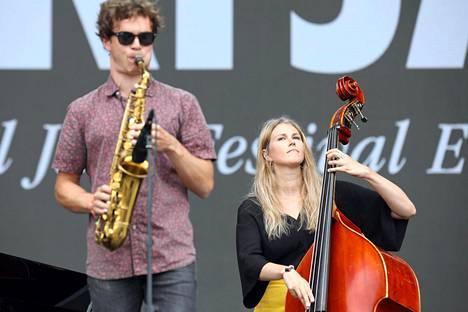 Kaisa's Machinen saksofonisti Max Zenger ja kontrabasisti Kaisa Mäensivu soittivat vaivattomasti yhteen.