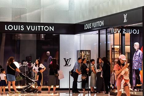 Kiinalaisia asiakkaita jonottamassa luksusmerkkikauppaan Shenzhenissä lokakuun alussa.