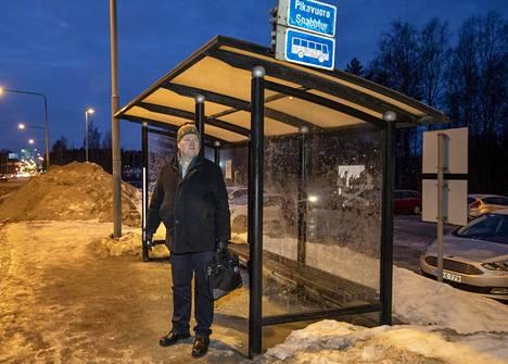 Lapinjärveltä Helsinkiin töihin bussilla kulkenut Vesa Peltola on joutunut siirtymään osittain auton rattiin, sillä linja-autoyhteyksiä on lopetettu. Bussilla pääsee kuitenkin osan matkaa Porvoosta asti.