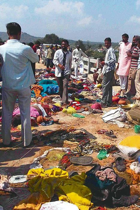 Ihmisiä kokoontui katselemaan joukkopaniikin uhreja Sindhjoen ylittävälle sillalle Datiassa Intiassa sunnuntaina.