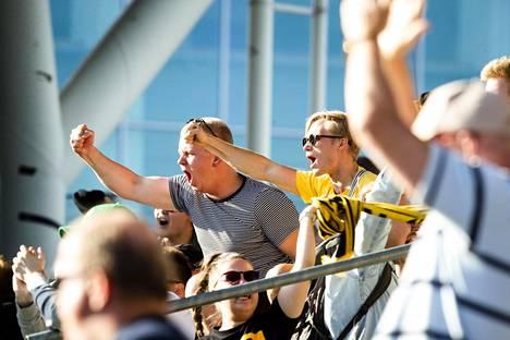 KuPS-kannattajat juhlivat Ilmari Niskasen osumaa.