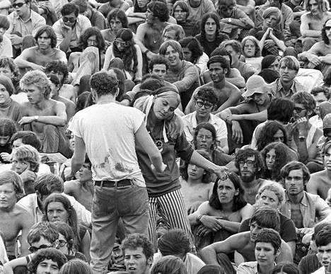 Nuoret tanssivat Woodstock-festivaalilla Bethelissä New Yorkin osavaltiossa elokuussa 1969. Maailmanhistorian kuuluisin festivaali oli hippiliikkeen huipentuma. Esiintyjinä nähtiin muun muassa Jimi Hendrix, Janis Joplin, Jefferson Airplane ja Santana.