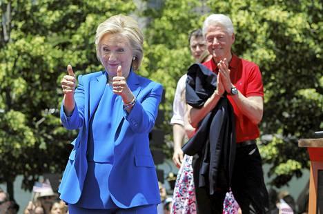 """Bill Clinton kertoi sunnuntaina suhteestaan presidentiksi pyrkivään vaimoonsa. """"Milloin tahansa minulla oli ongelmia, hän oli perheemme peruskivi"""", hän kuvaili Hillary Clintonia."""