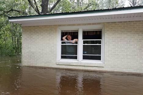 Pohjois-Carolinan Boliviassa asuva Obrad Gavrilovic katsoi kotinsa ikkunasta tulvan peittämää pihaansa lauantaina.