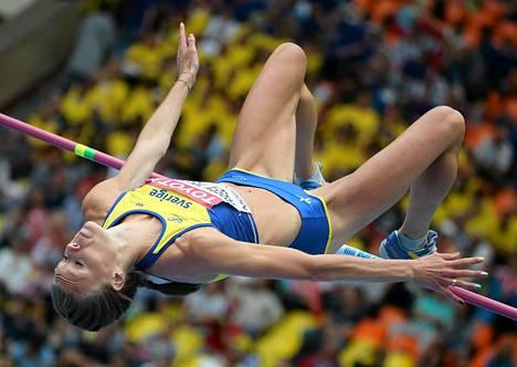 Ruotsin Emma Green Tregaro hyppäsi sateenkaarikynsissä viime torstaina Moskovan MM-kisoissa.