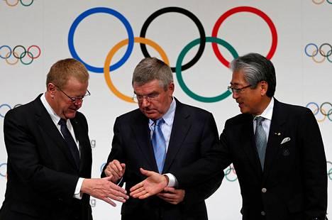 Kansainvälisen olympiakomitean puheenjohtaja Thomas Bach (kesk.) ja varapuheenjohtaja Thomas Coates kättelivät Japanin olympiakomitean puheenjohtajan Tsunekazu Takedan (oik.) kanssa marraskuussa 2013, kun Tokiolle myönnettiin kesäkisat 2020.