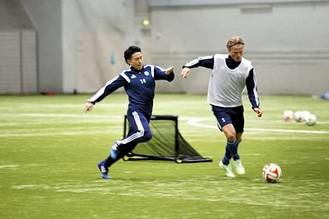 Atomu Tanaka väänsi vahvasti kaksinkamppailuissa toppari Tapio Heikkilän (oik.) kanssa ensimmäisissä harjoituksissaan HJK:n kanssa.