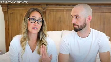 Myka Stauffer ja James Stauffer kertoivat Youtubessa luovuttaneensa adoptiopoikansa toiseen perheeseen.