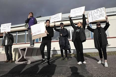 Leppävaaran lukiolaiset marssivat ulos koulusta ja järjestivät mielenilmauksen lukion huonon sisäilmatilanteen takia.